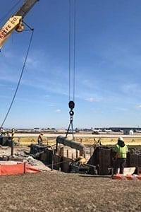 Grundoram being lowered into pit.